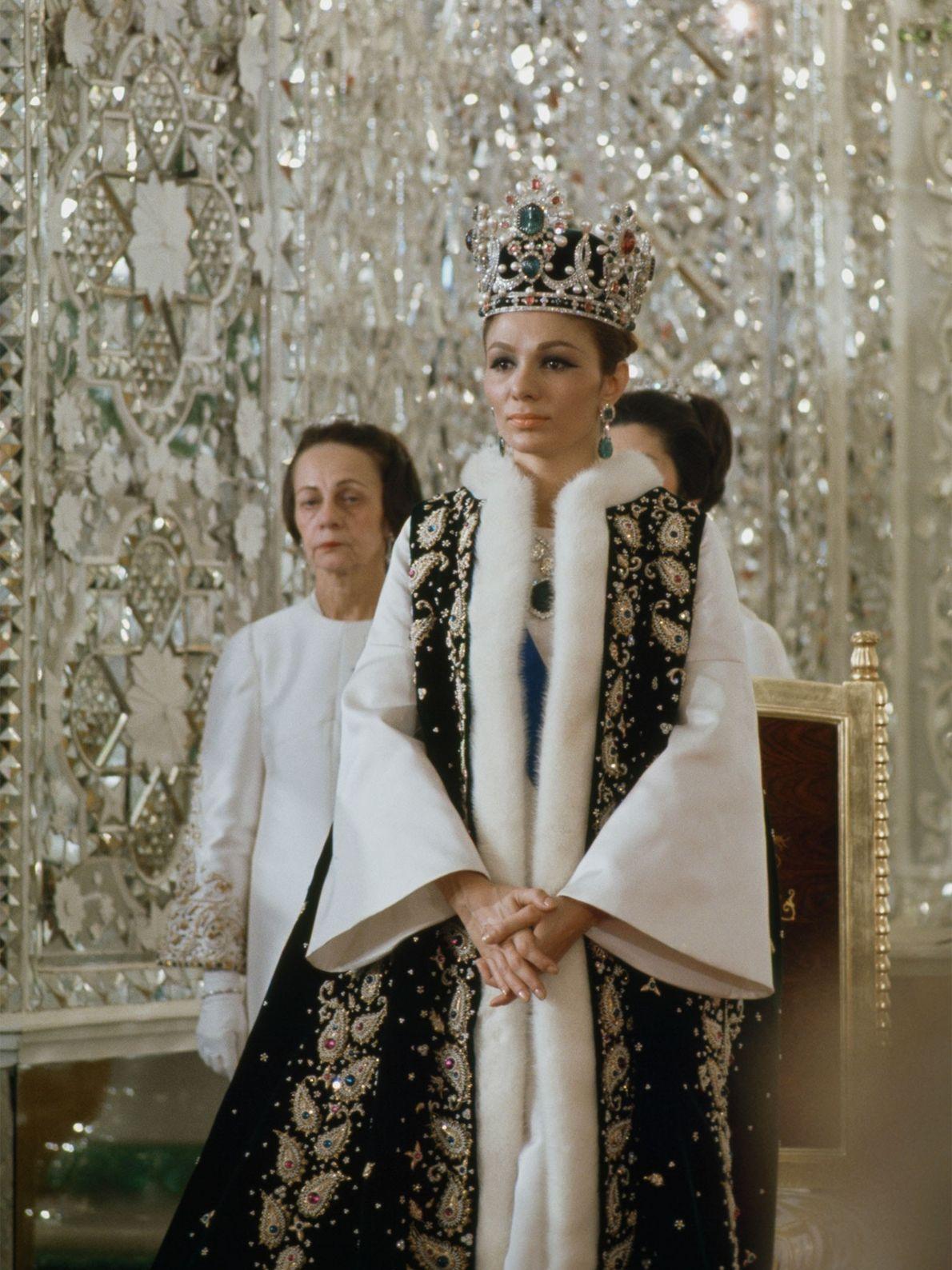 Vêtue de sa tenue de cérémonie, l'impératrice iranienne Farah Pahlavi traverse le Palais du Golestan. Veuve ...