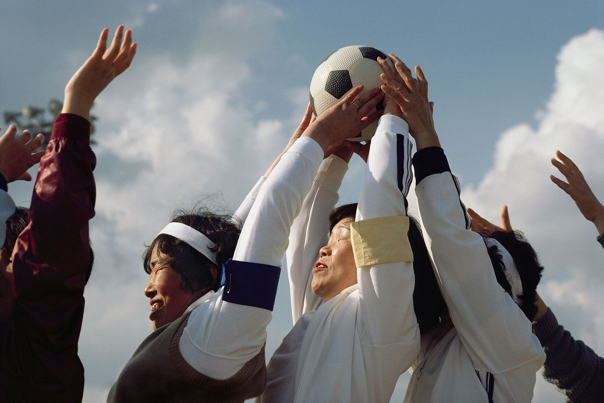 Au Japon, à Honshū, des femmes de différents clubs de football s'affrontent chaque année lors d'un ...