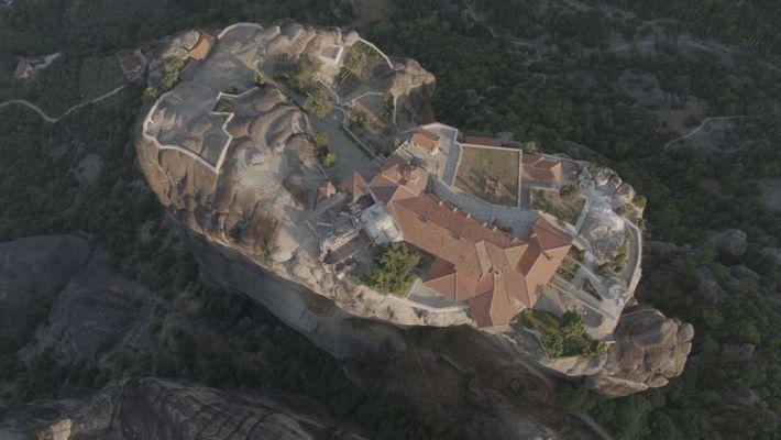 Grèce : une vue aérienne dévoile le fonctionnement des monastères des Météores construits dans le style orthodoxe. ...