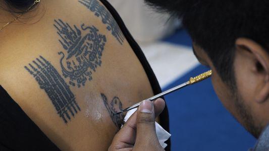 Cet ancien moine protège son prochain grâce au tatouage