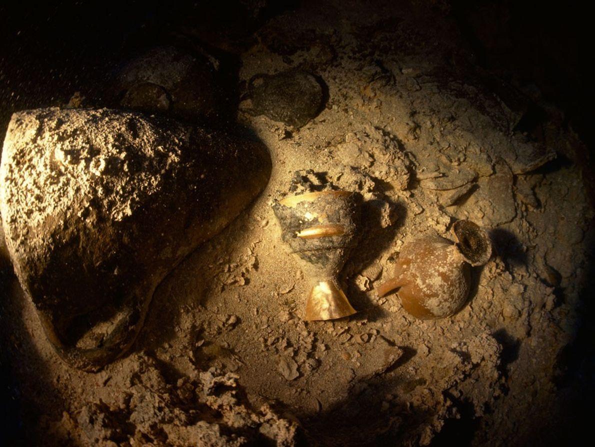 Un calice d'or est flanqué d'une amphore (à gauche) et d'une coupe à deux poignées appelée ...