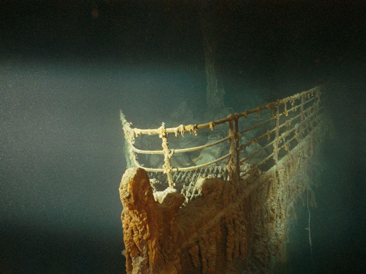 Un robot parti en éclaireur illumine l'épave du R.M.S. Titanic. Le célèbre paquebot, qui a coulé ...
