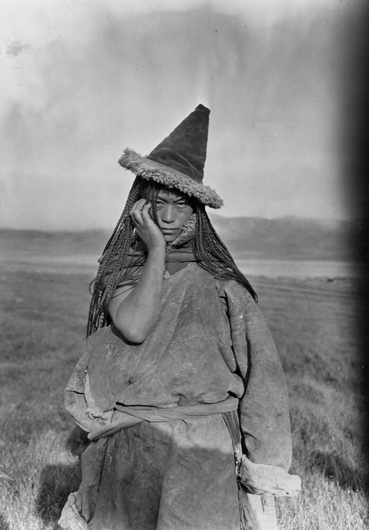 Chine, 1925 : une femme nomade tibétaine porte son chapeau pointu traditionnel. Le Tibet a longtemps été ...