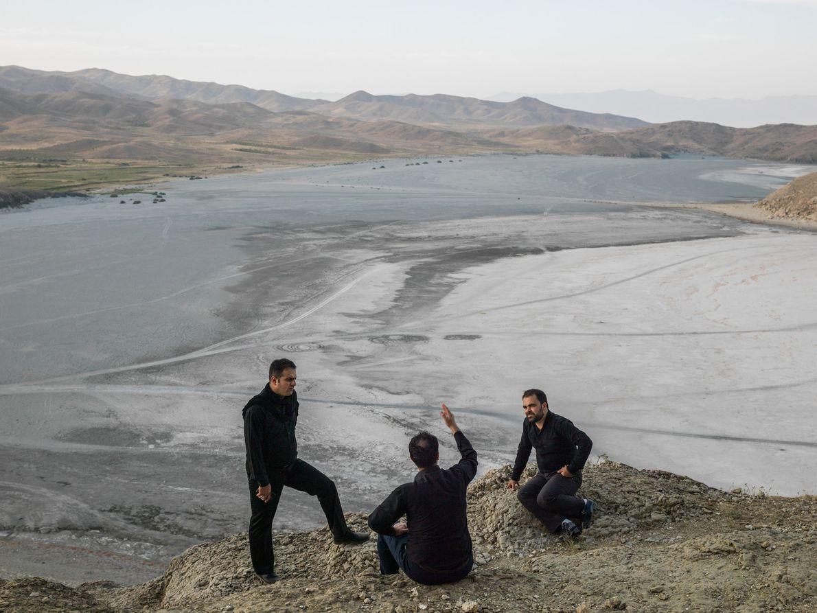 Trois frères dans le village de Guvarchin Qaleh.