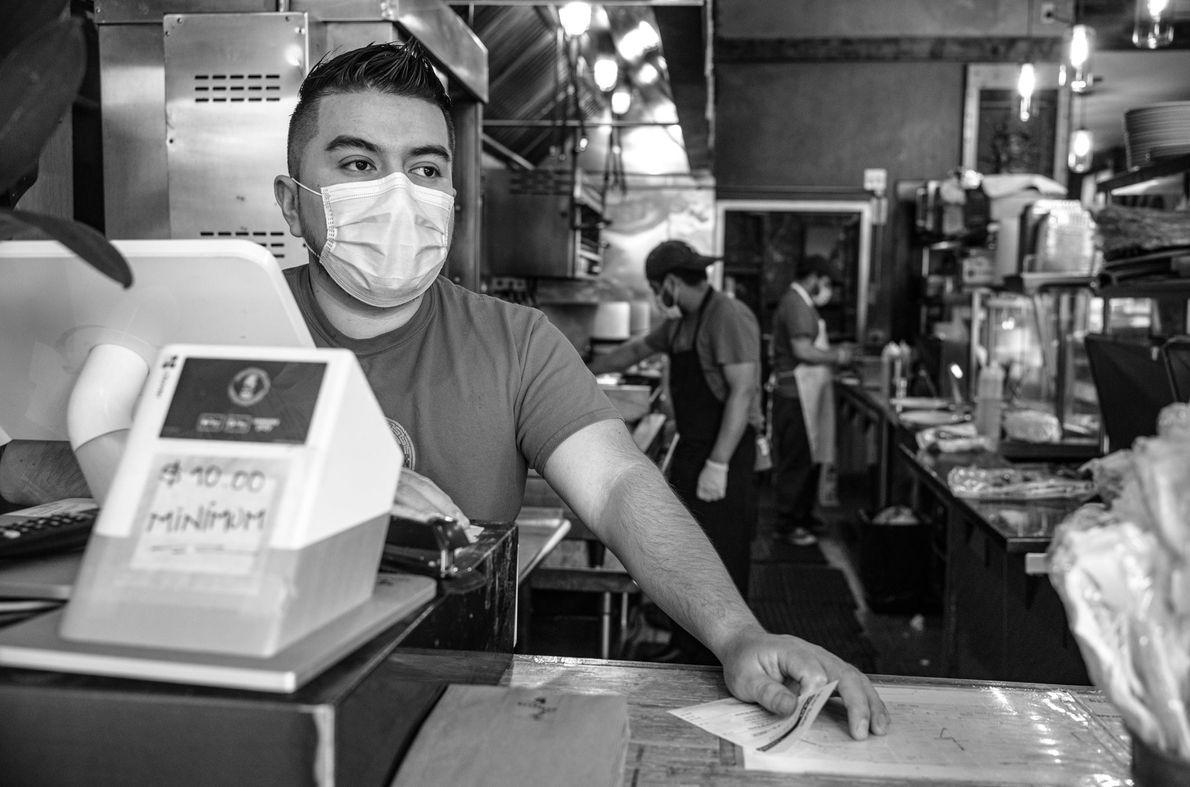 Les employés d'un restaurant mexicain à Brooklyn ont travaillé sans relâche, motivés par le sens du ...