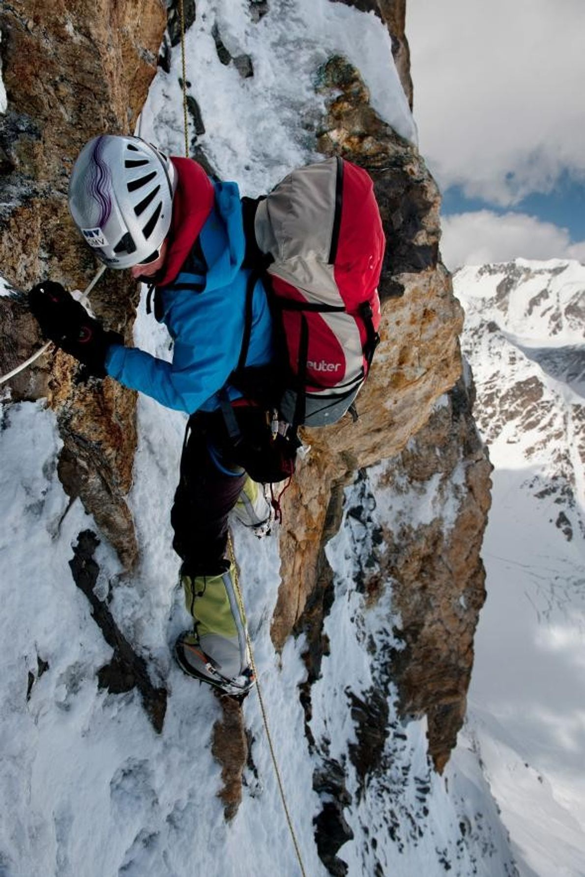 Gerlinde Kaltenbrunner escalade une paroi rocheuse glacée du K2.