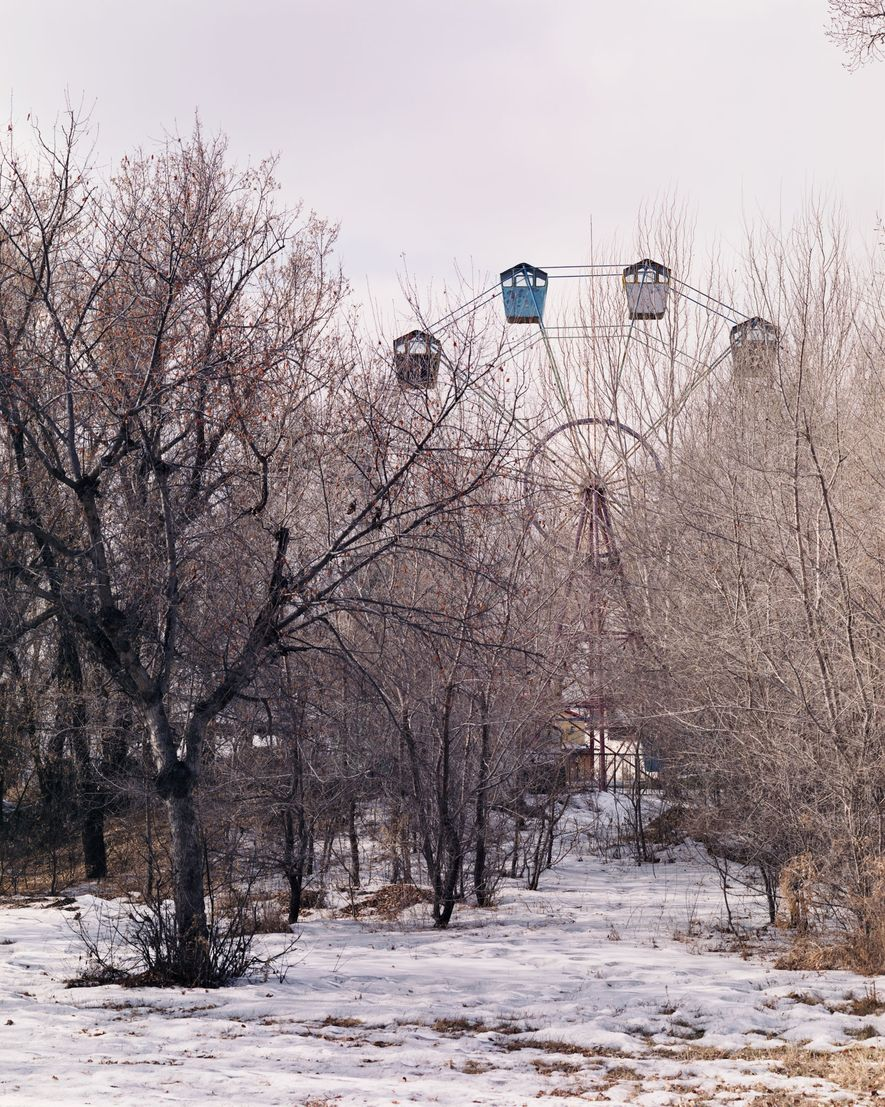 Des personnes âgées du coin visitent le parc d'attraction Red Bank de Fularji, abandonné. Les jeunes ...
