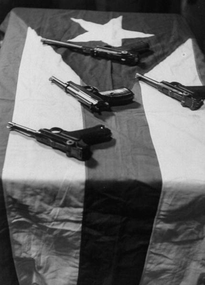 En 1954, quatre nationalistes portoricains ouvrirent le feu dans la galerie de la Chambre des représentants et ...