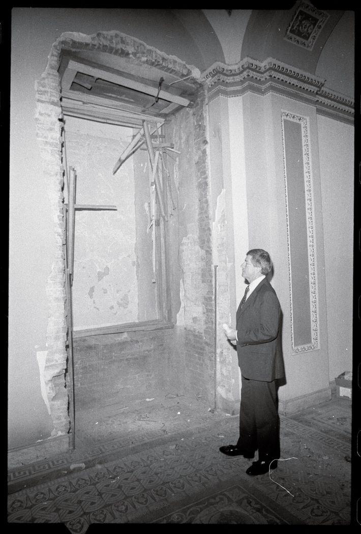 Le sénateur républicain de la Géorgie, Mack Mattingly, observe la cavité de quatre mètres causée par l'explosion ...