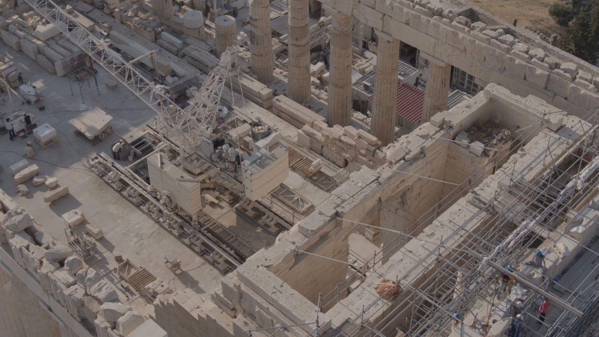 Grèce : vue d'ensemble de la restauration du site du Parthénon, en Grèce, qui surplombe l'acropole d'Athènes.