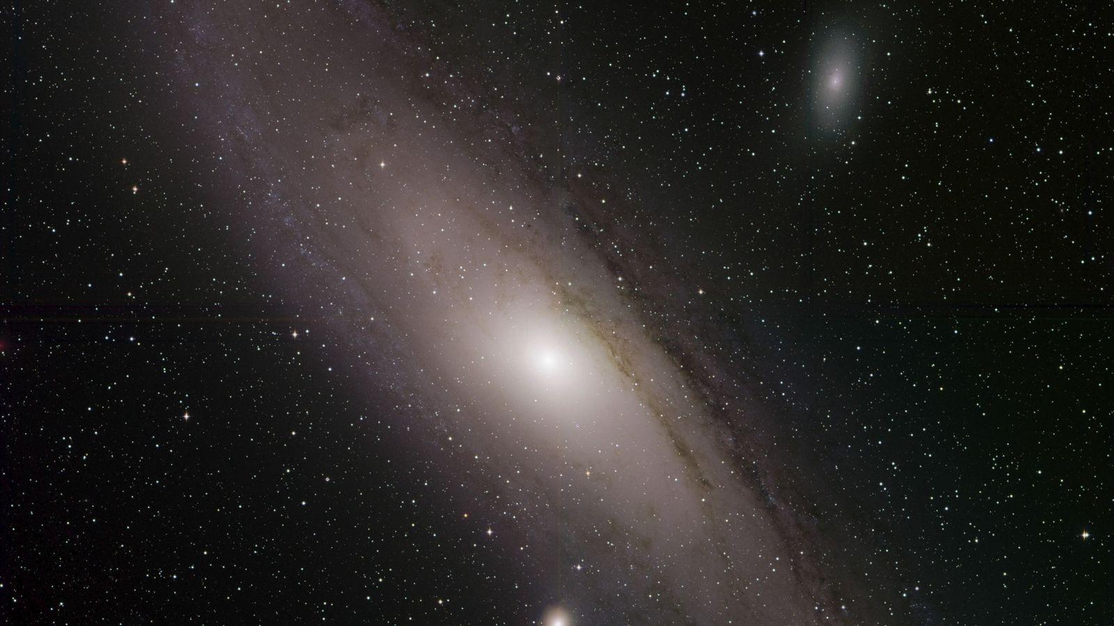 La galaxie d'Andromède, également identifiée sous le numéro M31 dans le Catalogue de Messier, apparaît brillante ...