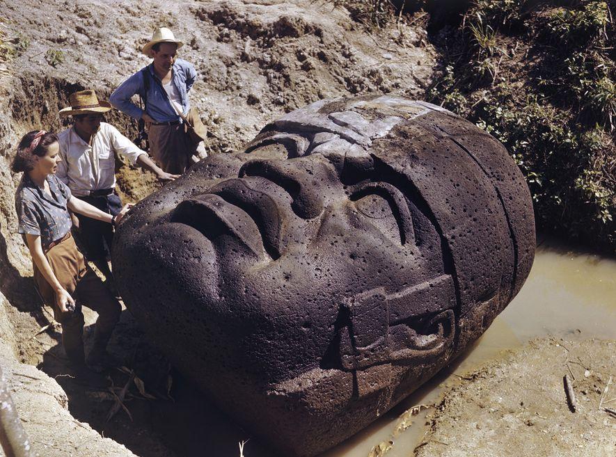 Une équipe d'archéologues étudient une colossale tête olmèque en pierre à La Venta, au Mexique, dans ...