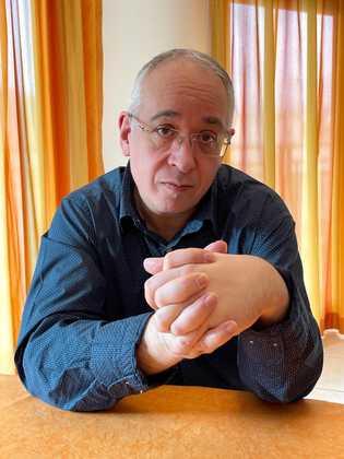 Bernard Lahire, professeur de sociologie à l'École normale supérieure de Lyon et directeur de l'équipe Dispositions, pouvoirs, cultures, socialisations du Centre ...