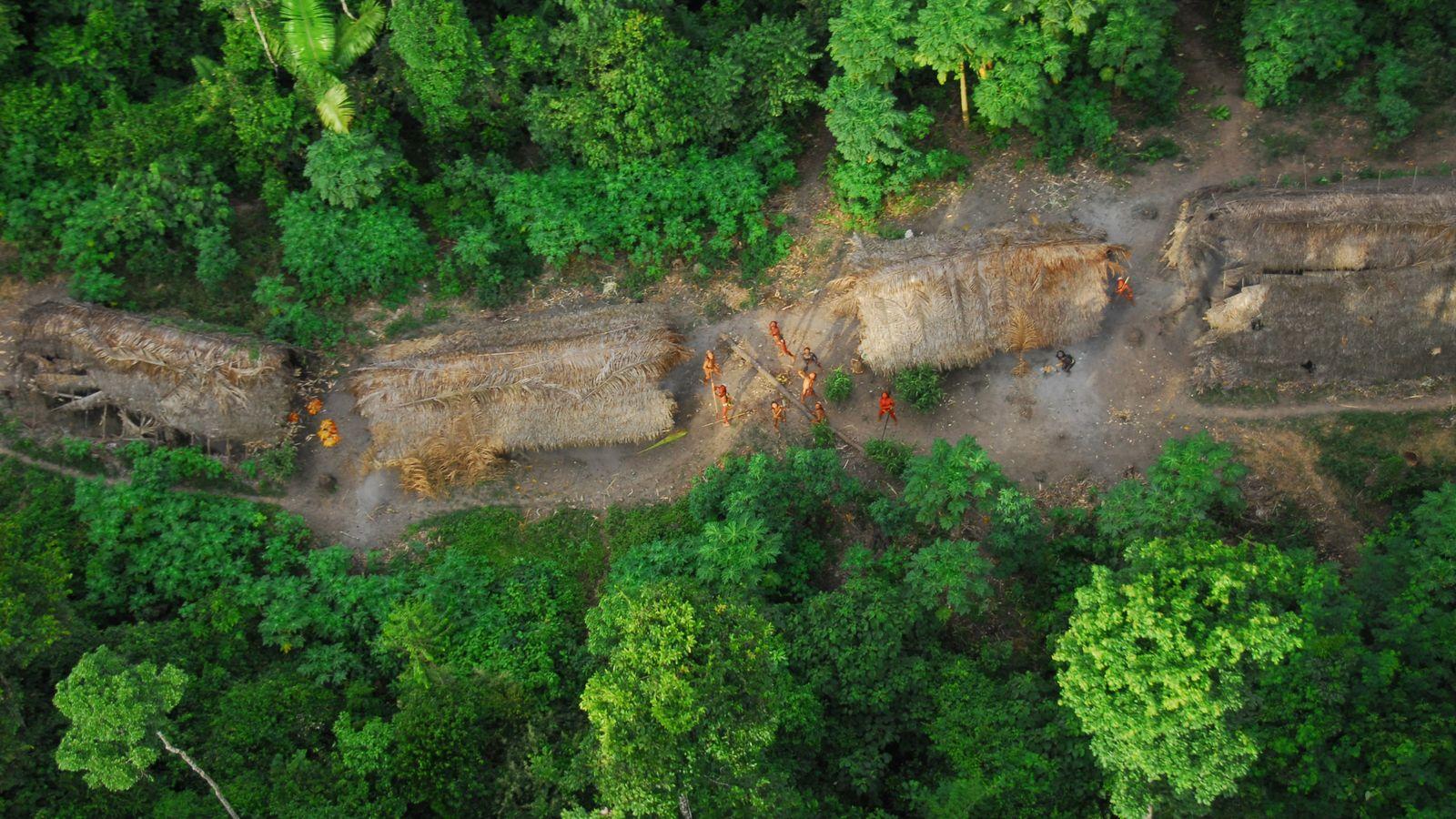 Indiens non contactés vus du ciel lors d'une expédition du gouvernement brésilien. Brésil mai 2008. Les ...