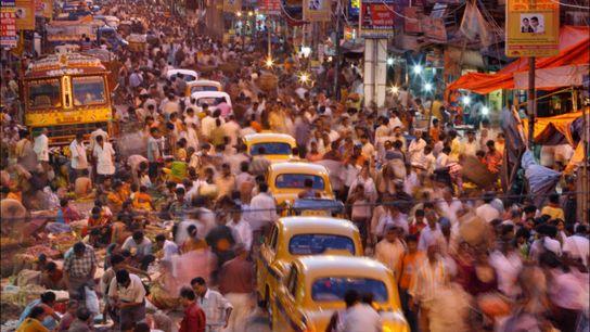 Inde. Ses rues fumantes sont remplies de vendeurs, de piétons et de taxis emblématiques. Calcutta est ...
