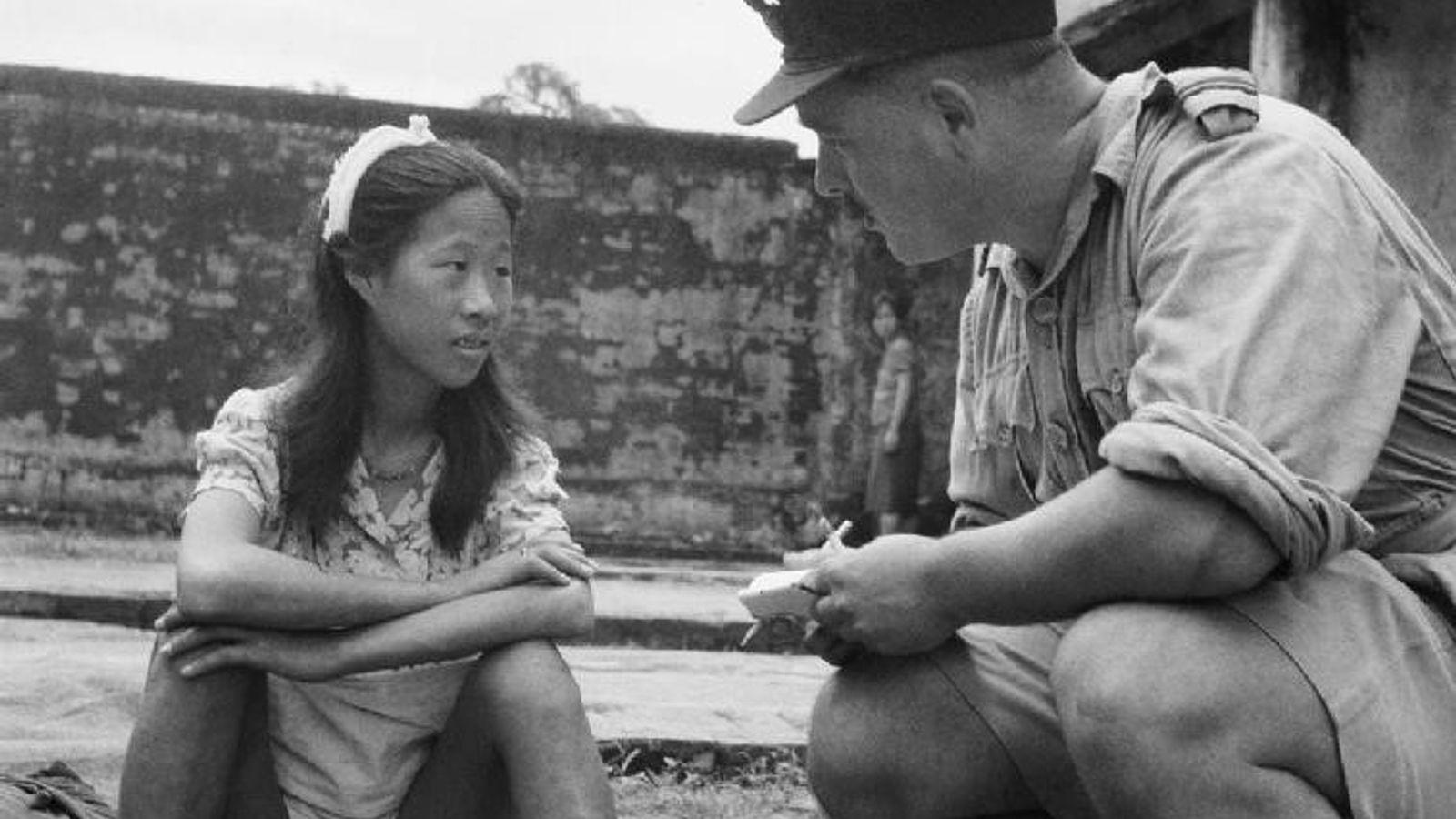 Une jeune Chinoise venant d'un centre de « femmes de réconfort » attend d'être interrogée dans un camp à Rangoun (8 août 1945).