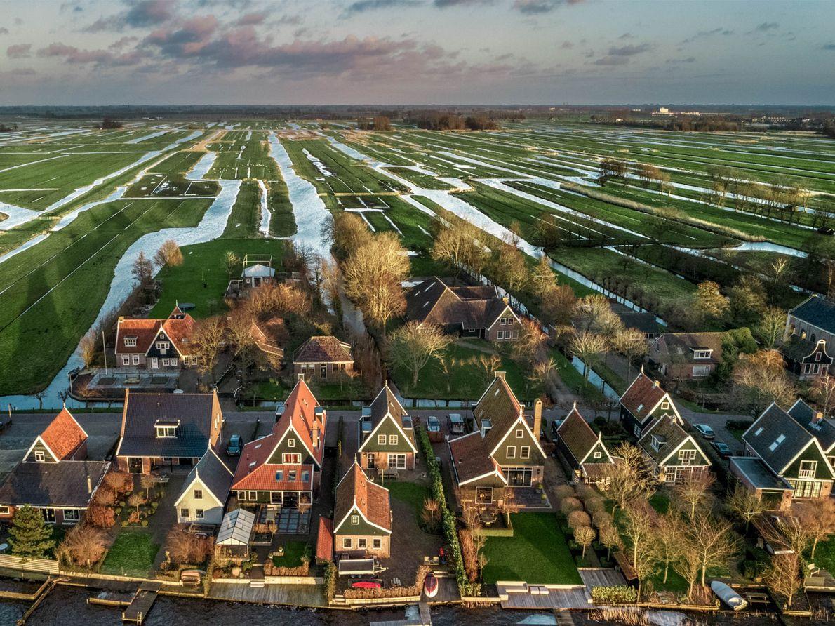 Les canaux et les fossés sillonnent le village de Noordeinde, situé sur un polder (une étendue ...