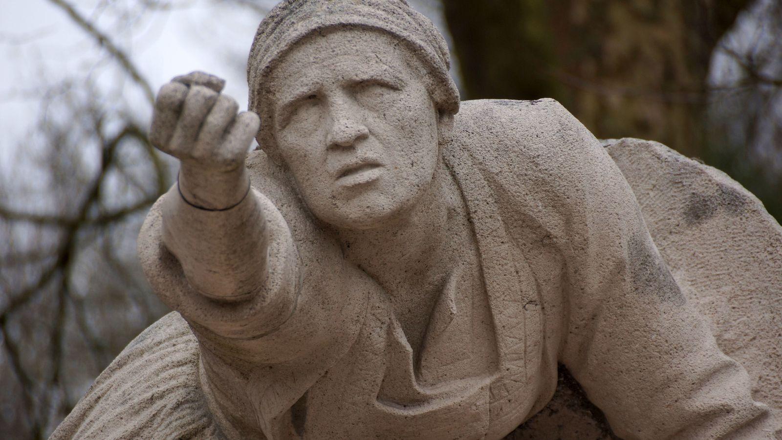 Péronne (80). Femme tendant le poing au-dessus d'un soldat mort, souvent interprété comme une mère pleurant ...