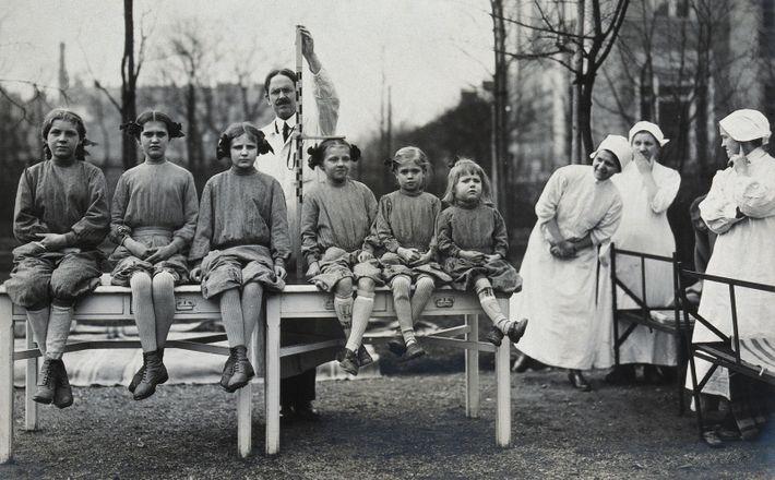 Petites patientes à l'Hôpital Universitaire de Vienne, en train d'être mesurées, en 1921. Ici, Hans Asperger ...