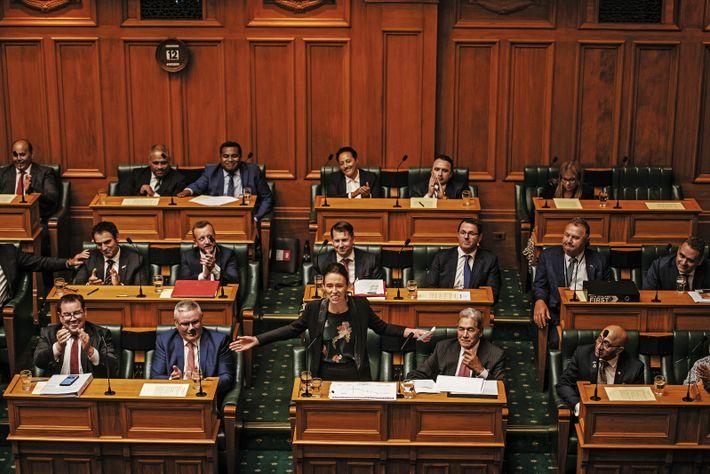 La Première ministre Jacinda Ardern s'adresse au Parlement néo-zélandais, en février. En mars, en pleine crise ...
