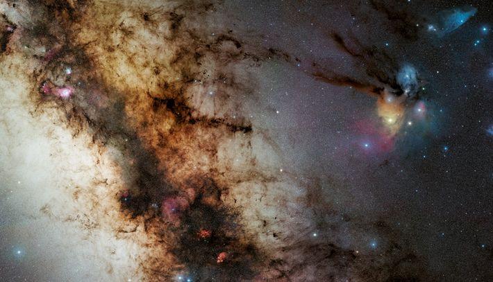 Riche en poussières et abritant des pouponnières d'étoiles, la région centrale de la Voie lactée, observée ...