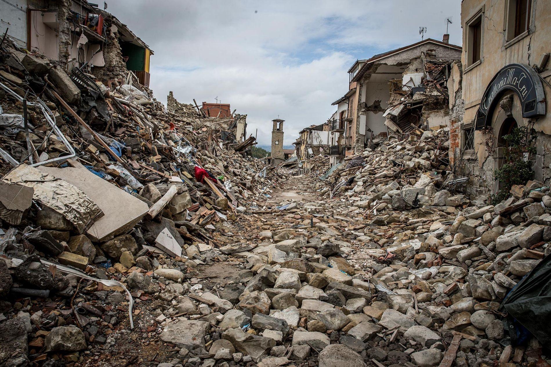 Près de 300 personnes sont mortes dans le tremblement de terre qui a frappé le village ...