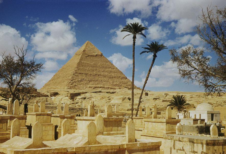 Une des pyramides de Gizeh vue derrière un cimetière.