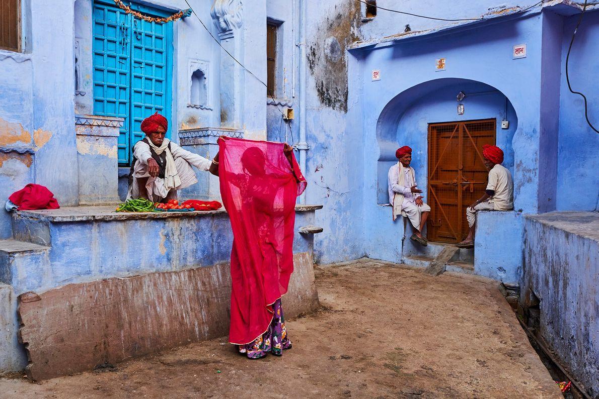 À Jodhpur, au Rajasthan, le dupatta (châle) cramoisi d'une femme contraste avec les murs pastel de la « ville bleue ...