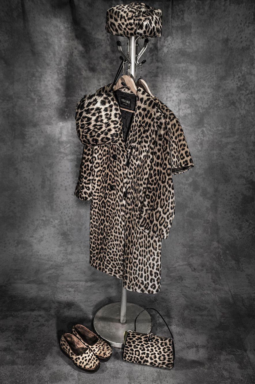Un manteau, un chapeau, une paire de chaussures et un sac à main fabriqués en peau de léopard.
