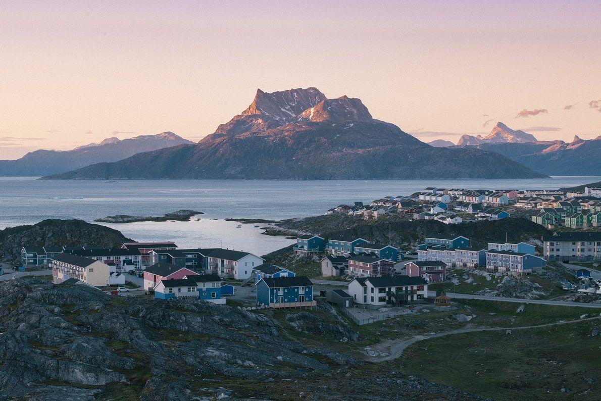 La lumière du soir réchauffe les flancs de Sermitsiaq, une montagne surplombant Nuuk, la capitale du ...