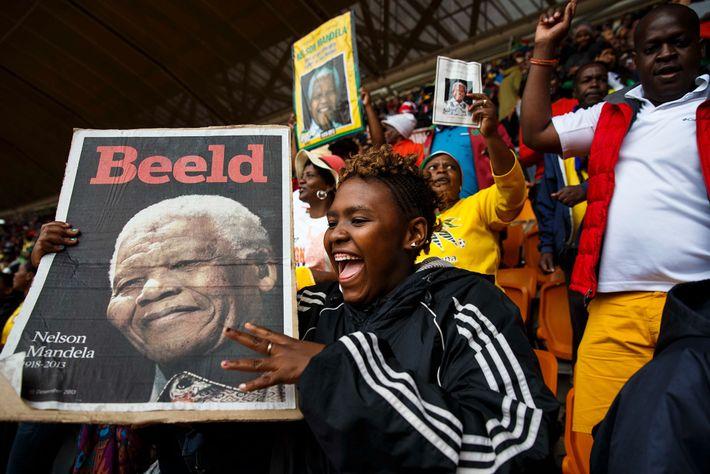 Lors d'une cérémonie commémorative en l'honneur de l'ancien Président sud-africain Nelson Mandela, jeunes et moins jeunes ...