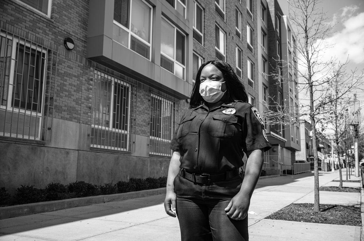 Sekeina Dow, membre de la police-secours, pose un moment devant son appartement avant de se rendre ...