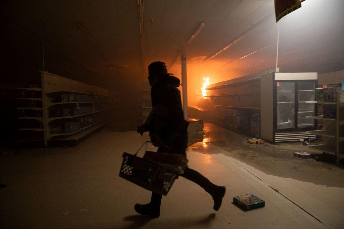 Des manifestants ont saccagé un grand magasin pendant les manifestations toujours en cours. Environ 200 entreprises à Minneapolis et ...