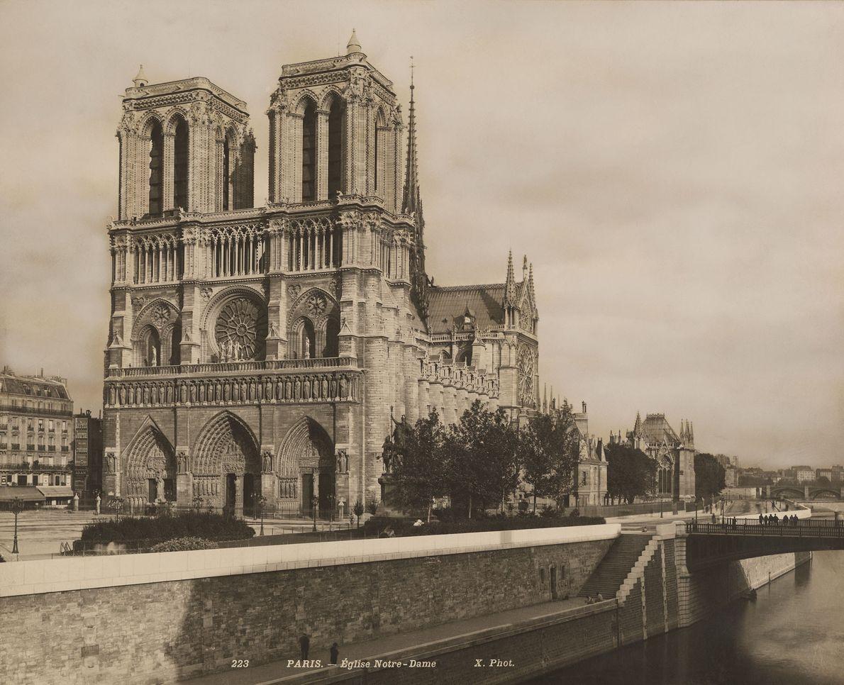 La cathédrale de Notre-Dame (photographiée ici dans les années 1920) est un symbole de Paris depuis ...