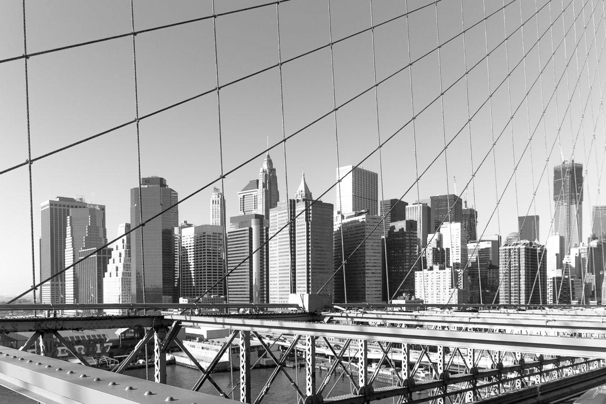 2011 - Urbain - Manhattan by the bridge Photo N&B de Manhattan prise depuis le célèbre Manhattan ...