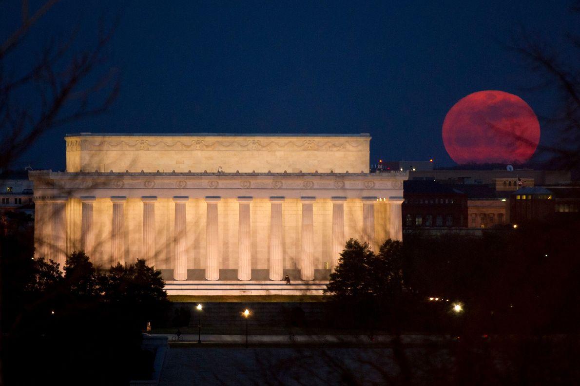 Le 19 mars 2011, une super Lune s'élève dans le ciel non loin du Mémorial de ...