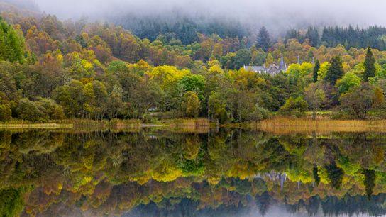 Les eaux paisibles du Loch Achray en font une destination idéale pour les pêcheurs et les ...