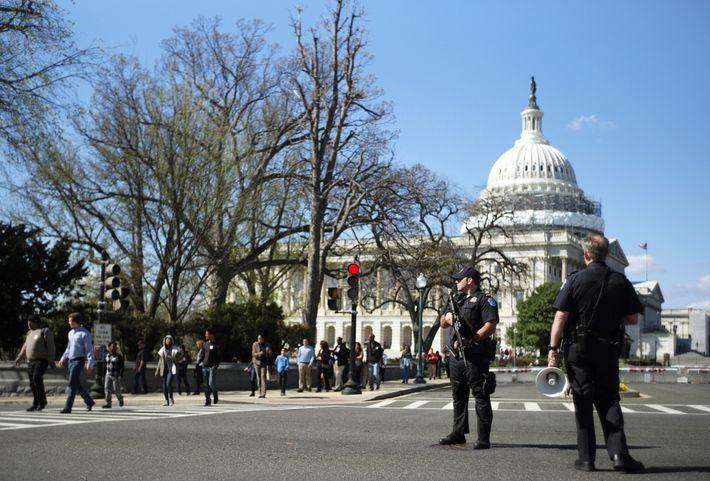 La police du Capitole des États-Unis monte la garde sur Independence Avenue tandis que le bâtiment du ...