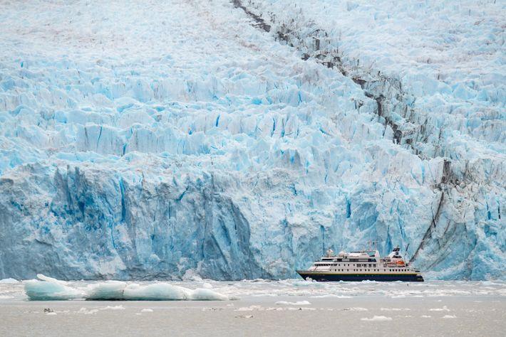 Devant l'imposant glacier Garibaldi, dans la Terre de Feu, la région la plus au sud du ...