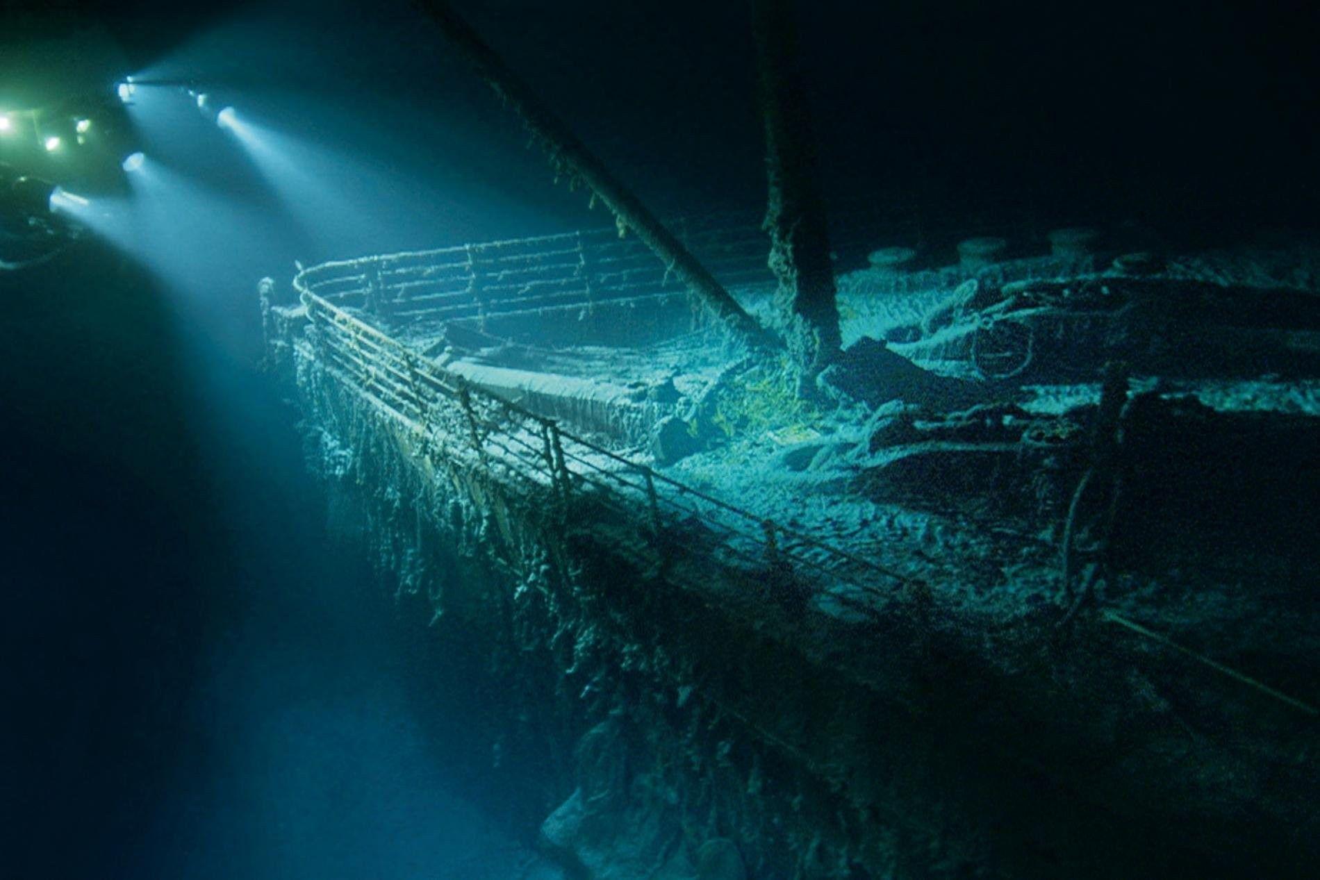 À plus de 3 200 mètres de profondeur, l'épave fantomatique du Titanic émerge de l'obscurité lors ...