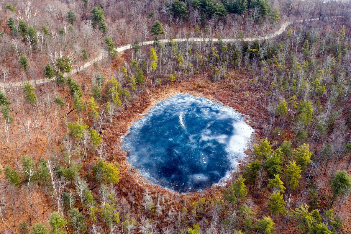Près de Sudbury, dans le Vermont, un étang, le Mud Pond, reflète le ciel glacial du ...
