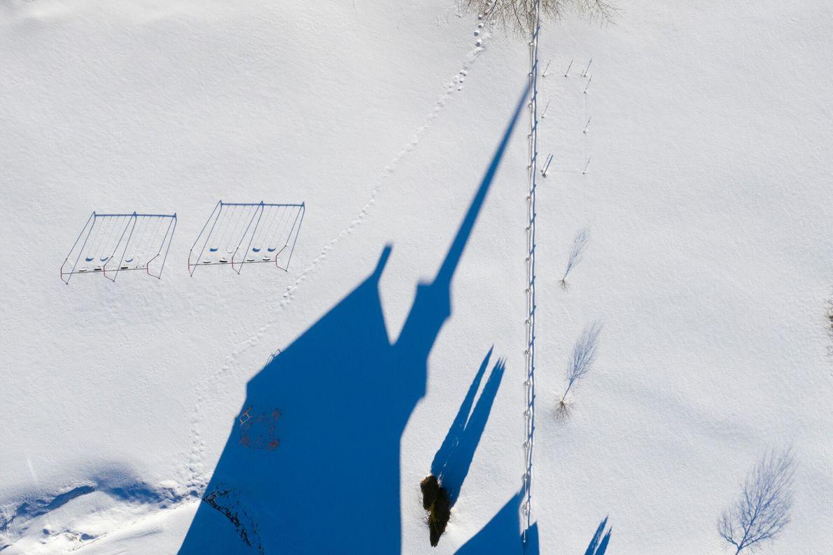 La silhouette qui se dessine sur la neige est celle de l'hôtel de ville de Granville, ...