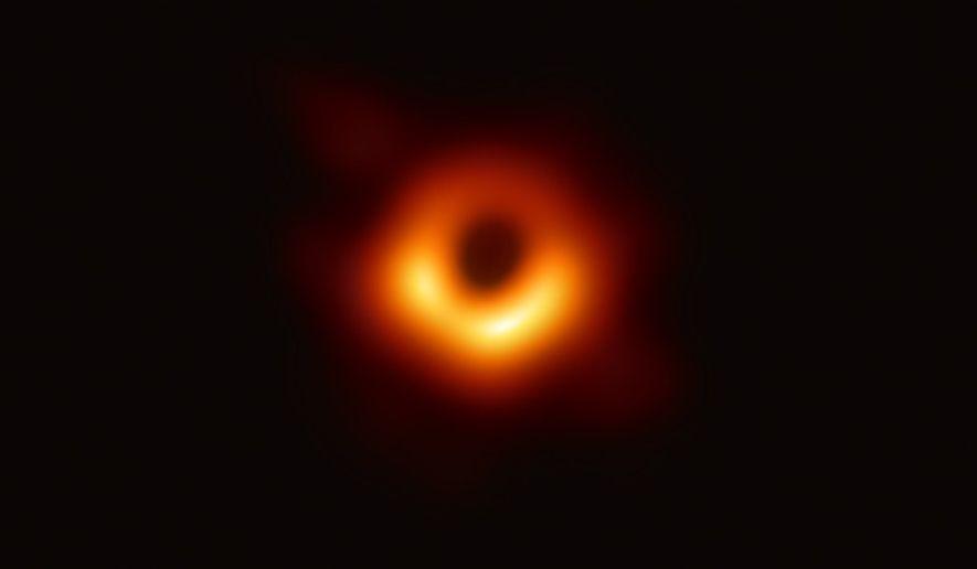 En 2019, l'Event Horizon Telescope, réseau de radiotélescopes terrestres sur toute la planète, révèle la première ...