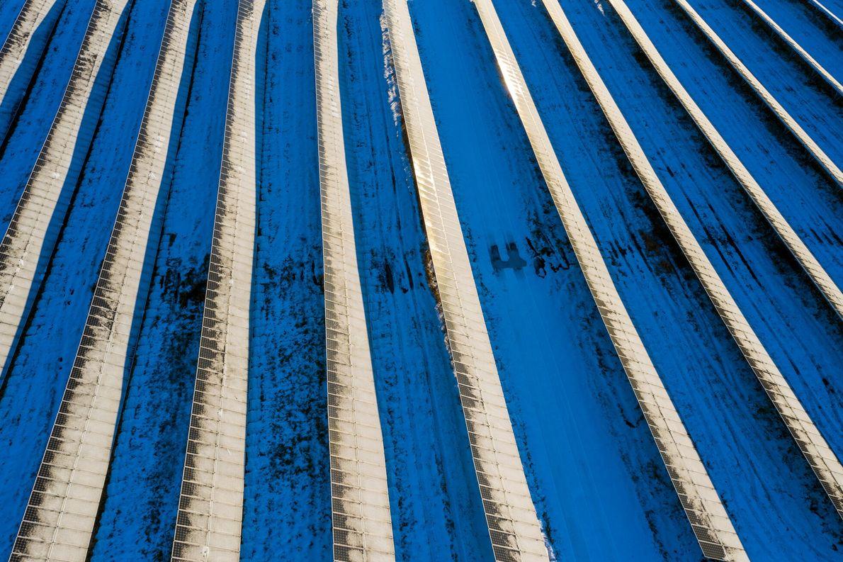 Vus du dessus, les panneaux solaires et la neige bleutée de Sudbury fusionnent pour créer une ...