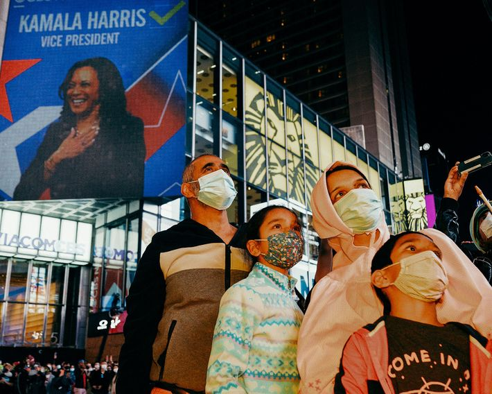 Ali, originaire du Pakistan, célèbre la victoire du duo Biden-Harris avec sa famille à Times Square. L'élection ...