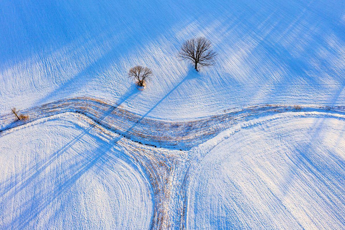 Champs de neige et dernières lueurs du jour offrent ses nuances de bleu à cette vue ...