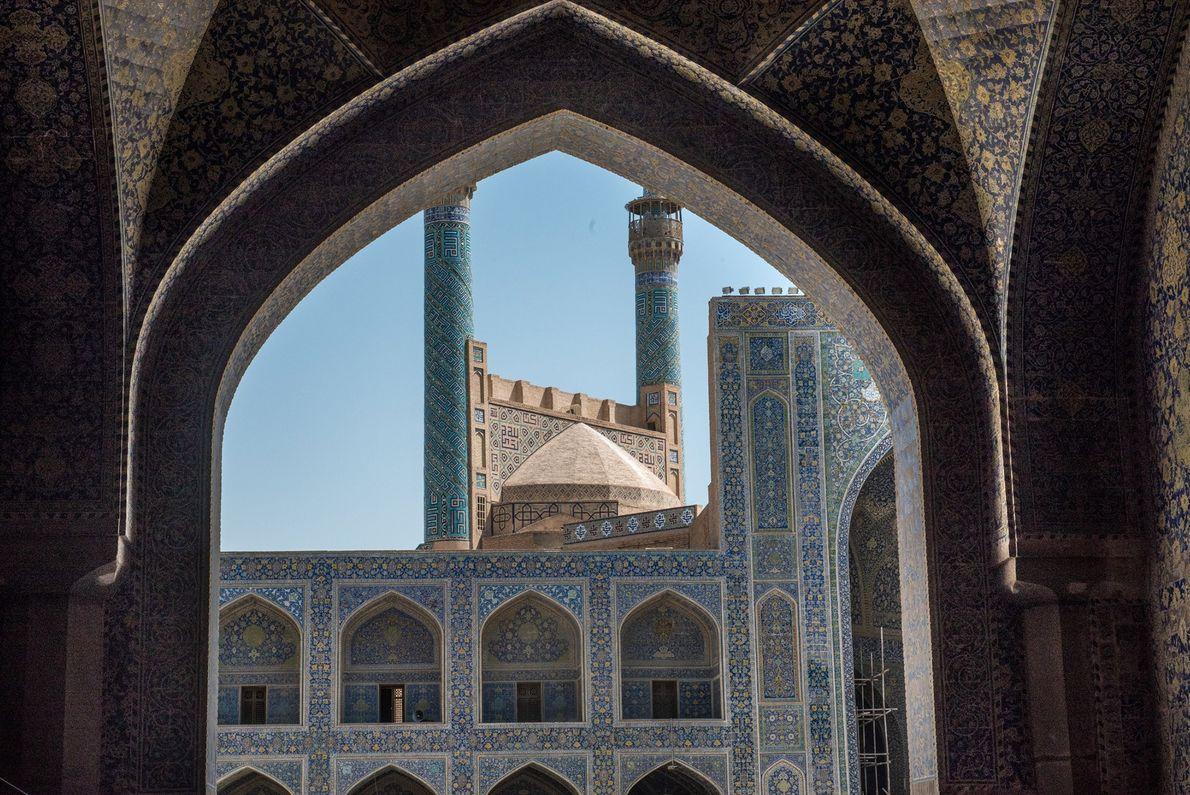 Réputée pour son emblématique architecture perse et son travail de la céramique, la mosquée d'Ispahan, datée ...