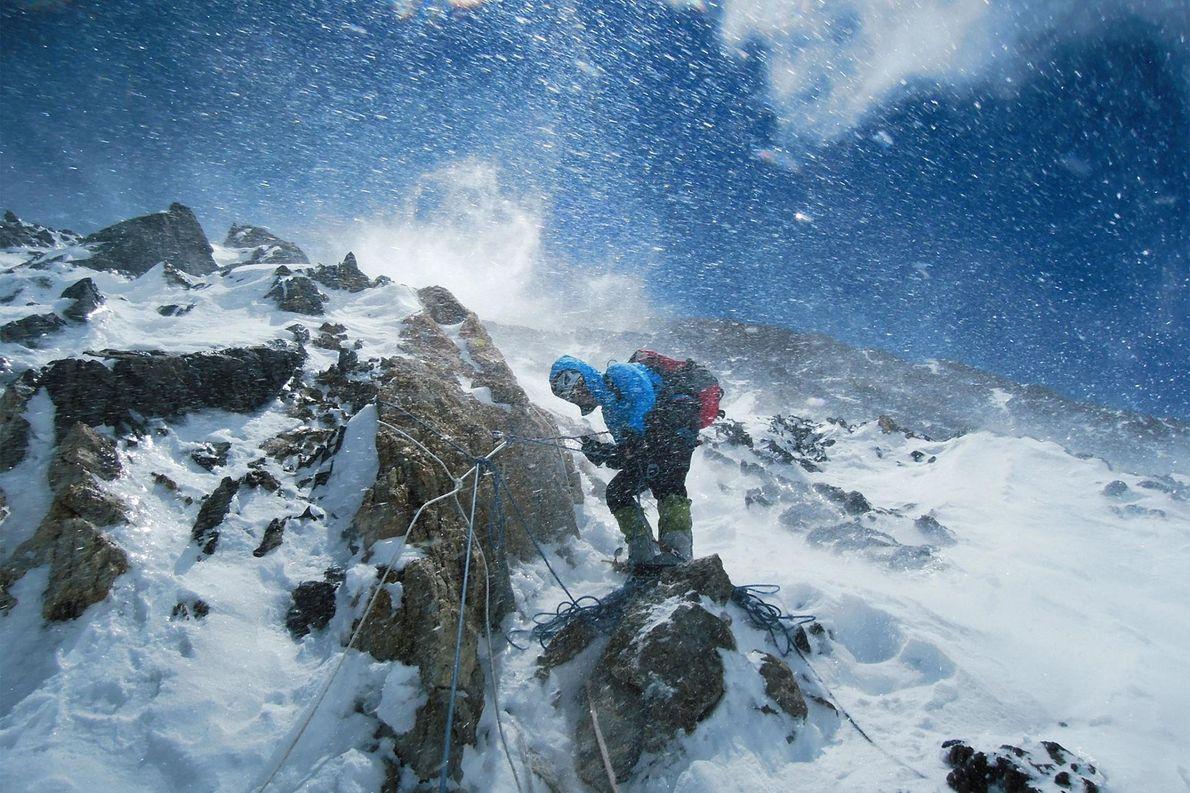 Au milieu de la neige transportée par les vents, Gerlinde Kaltenbrunner contrôle une section des 2 ...