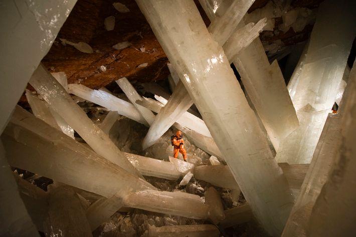 Comment ne pas se sentir ridicule face aux gigantesques faisceaux de sélénite de la grotte des ...