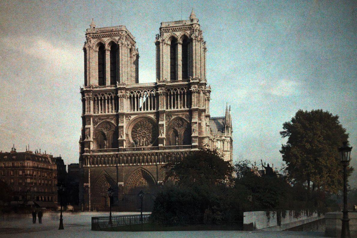 La façade de la cathédrale a été construite par plusieurs architectes dans les années 1220. La ...